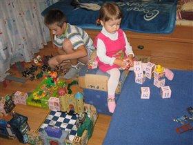 Мои строители -Кирилл и Катюшка