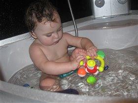 С игрушками игра.ю только в ванне