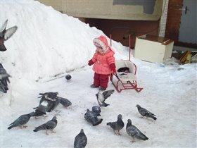 Таисии очень нравиться кормить голубей на прогулке