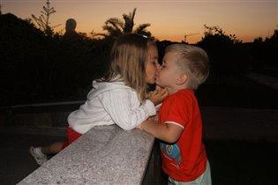 Искренний поцелуй.Никакой фальши.