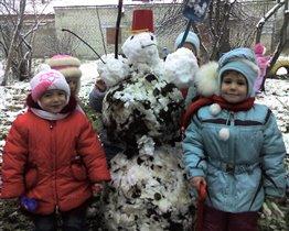 Снеговик к нам приходил много листьев приносил