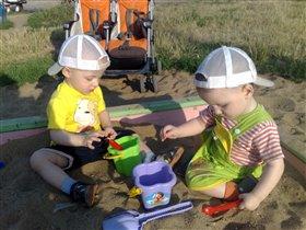 Двойняшки строят замки из песка!