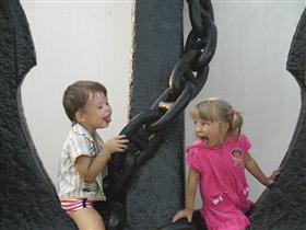 Любимая игра - строить друг другу рожицы!