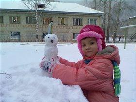 Первый снеговик Алины, слепленный самостоятельно