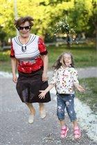 Игра: Кто выше прыгнет, бабушка или внучка)))