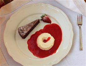 Шоколадный пирог (брауни) и ванильное парфе.