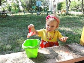 В песочнице играть люблю, лета я дождаться не могу