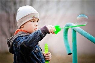 Сынуля обожает мыльные пузыри