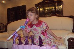 доча Алина играет на пианино!