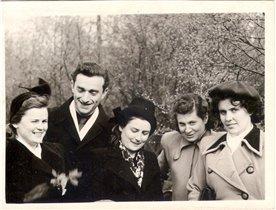 1957 г. - мама и ее друзья