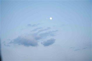 Рука из облаков тянется к луне