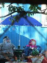 Самодельные игрушки. Дед и баба за столиком.