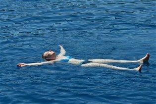 в открытом море...