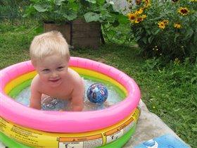 Вова в бассейне