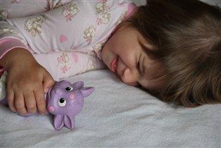 С любимым другом и спать не скучно. :)