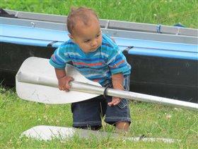 мальчик опять с веслом