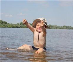 Я на речке - на Оке, весело сижу в воде!