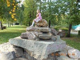 залезла на скалу в детском парке)))