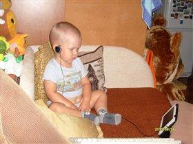 Сам серьёзность: И смотрю, и слушаю!!!