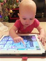 Ева с любимым планшетом