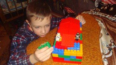 Артём строит домик для ниндзягов
