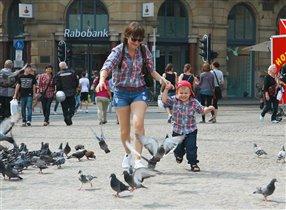 Гонять с малышом голубей -  счастье для мамы!