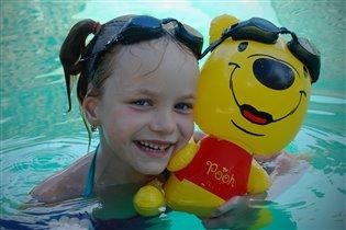 С Винни-Пухом мы, вдвоём, замечательно плывём!