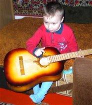 Учусь играть на гитаре я