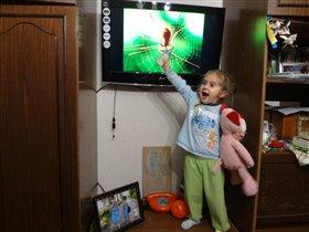 Телевизор, кот и ложжжка, нет. бутылочка! =)