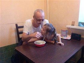 Папа с дочкой едят лапшу :)