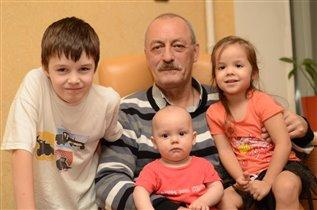 Папа с младшими :)