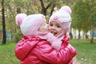 Настоящие сестренки! Очень любят друг друга))