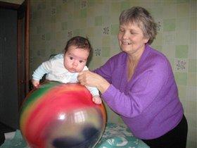 С бабулей занимаюсь фитболом!