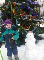 Наш первый снеговик!