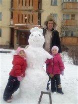 лепим с папой снеговика