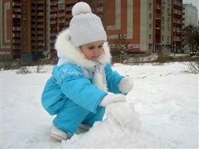Лепка первого снеговика!!!