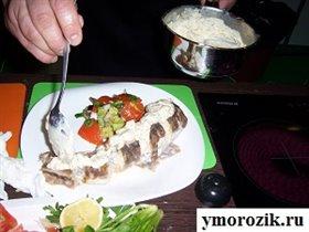 Креветочная рыба с соусом и салатом