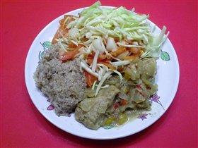 Свинина тушеная с салатом и ячневой кашей