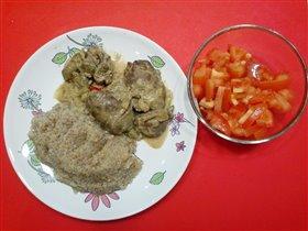 Печень курицы в сметане, ячневая каша и салат