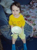 С тарелкой в руках