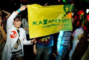 Танцы-обниманцы,танцуют вокруг иностранцы)))