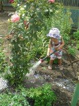 Помогаем бабуле в цветнике