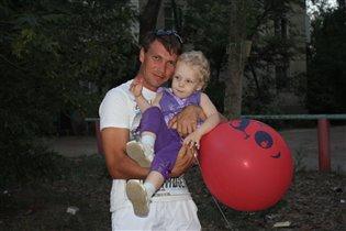 Папа, подержи меня и мой шарик