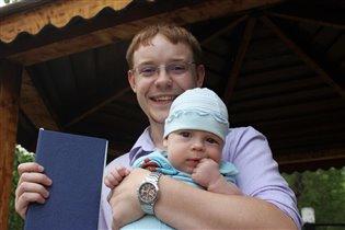 Малыш на ручка)