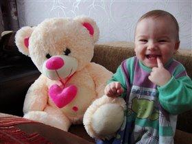 Мой малыш играет с медвежонком:)