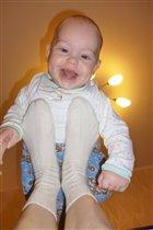 А я вот люблю качаться у мамы на ножках! Вот так!)