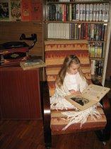 Идиллия: в старинном кресле книжку читает Эмилия!