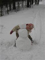 Я сильная, умелая снеговика слепила белого)))