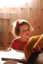 внучка учится читать