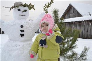 Софья и ее друг снеговик.